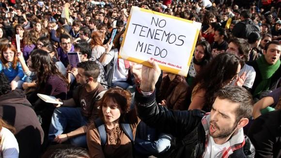 Otro momento de la sentada frente al instituto Lluís Vives. Foto: TANIA CASTRO