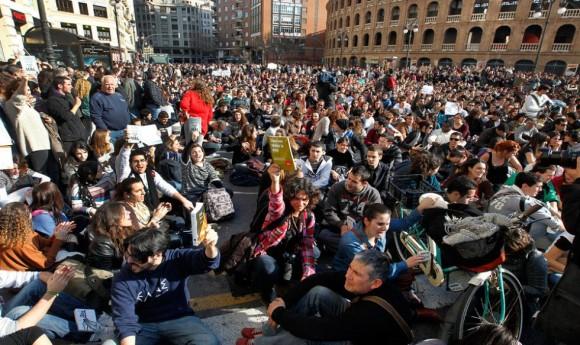 Muchos manifestantes han acudido a la concentración blandiendo libros. CARLES FRANCESC