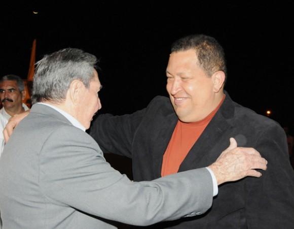 El presidente de la República Bolivariana de Venezuela Hugo Cghávez, fue recibido por el presidente cubanos Raúl Castro. Foto: Raúl Abreu