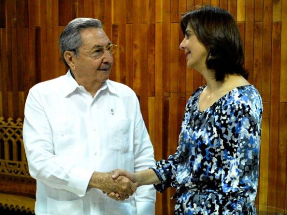 Momentos del encuentro entre el presidente cubano Raúl Castro Ruz y la Canciller colombiana María Ángela Holguín Cuéllar. Foto: Estudios Revolución