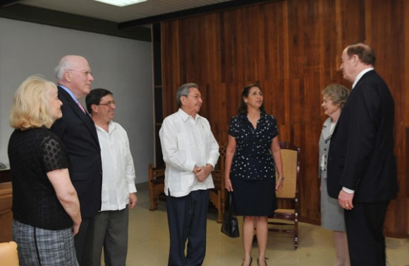 http://www.cubadebate.cu/wp-content/uploads/2012/02/raul-castro-y-senadores-leahy-y-shelby-580x377.jpg
