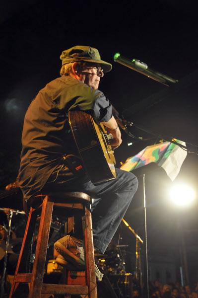 Silvio Rodríguez en el barrio de Cayo Hueso. Foto Kaloian