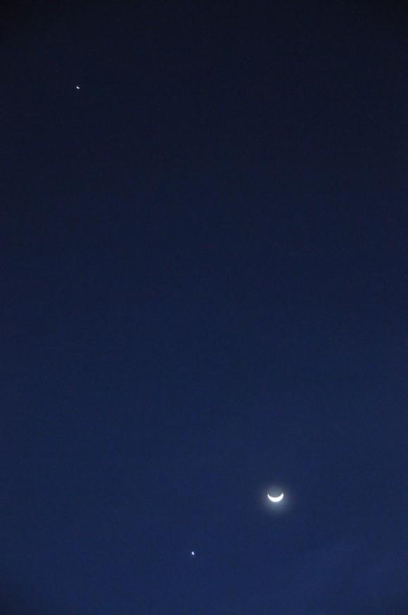 La Luna y Venus juntas, y Júpiter un poquito más alejado. Foto: Roberto Suárez