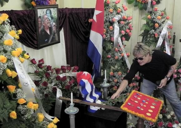 Amaury Pérez, deposita una flor ante las cenizas de la cantautora y fundadora de la nueva trova Sara González, expuestas en el Instituto Cubano de la Música, en La Habana, Cuba, el 2 de febrero de 2012. AIN FOTO/Tony HERNÁNDEZ MENA
