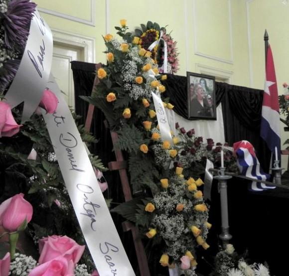 Ofrenda Floral enviada por el presidente de Nicaragua Daniel Ortega, fue colocada ante las cenizas de la cantautora y fundadora de la nueva trova Sara González, expuestas en el Instituto Cubano de la Música, en La Habana, Cuba, el 2 de febrero de 2012. AIN FOTO/Tony HERNÁNDEZ MENA/