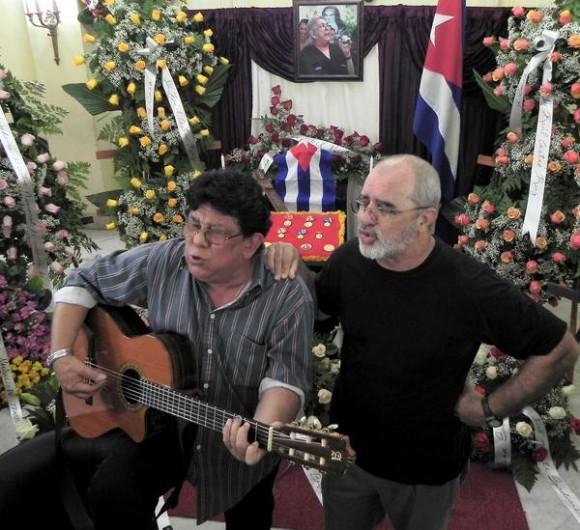 Augusto Blanca (I) y Pepe Ordas, cantan ante las cenizas de la cantautora y fundadora de la nueva trova Sara González, expuestas en el Instituto Cubano de la Música, en La Habana, Cuba, el 2 de febrero de 2012. AIN FOTO/Tony HERNÁNDEZ MENA