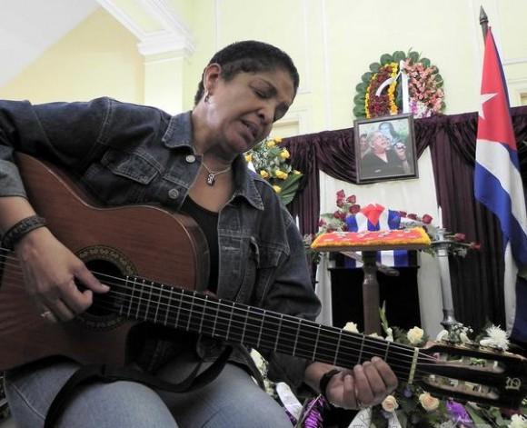 Marta Campos, canta ante las cenizas de la cantautora y fundadora de la nueva trova Sara González, expuestas en el Instituto Cubano de la Música, en La Habana, Cuba, el 2 de febrero de 2012. AIN FOTO/Tony HERNÁNDEZ MENA