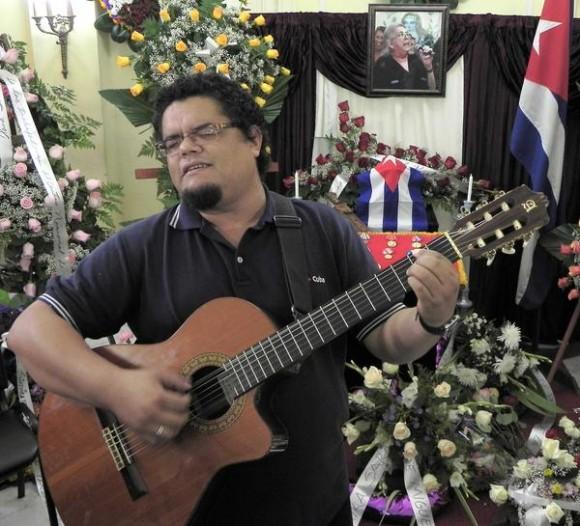 El cubano Eduardo Sosa, canta ante las cenizas de la cantautora y fundadora de la nueva trova Sara González, expuestas en el Instituto Cubano de la Música, en La Habana, Cuba, el 2 de febrero de 2012. AIN FOTO/Tony HERNÁNDEZ MENA
