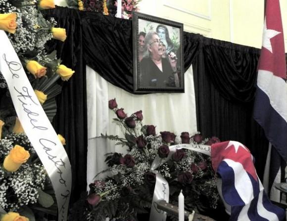 Ofrenda Floral enviada por el compañero Fidel Castro Ruz, fue colocada ante las cenizas de la cantautora y fundadora de la nueva trova Sara González, expuestas en el Instituto Cubano de la Música, en La Habana, Cuba, el 2 de febrero de 2012. AIN FOTO/Tony HERNÁNDEZ MENA