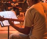 César Bacaró toca el bajo. Foto: Alejandro Ramírez Anderson