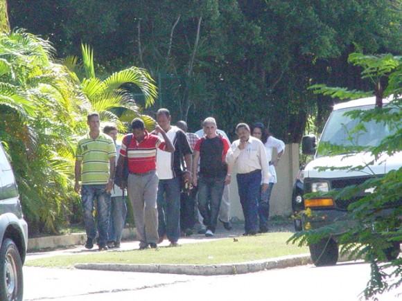 Fila india de conspiradores entrando a reunirse con los  diplomáticos de Estados Unidos en La Habana este 22 de febrero de 2011.  Foto: Blog Cambios en Cuba