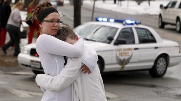 Alumnos se consuelan unos a otros tras el tiroteo ocurrido esta mañana en un instituto de Chardon, Ohio. /Reuters.