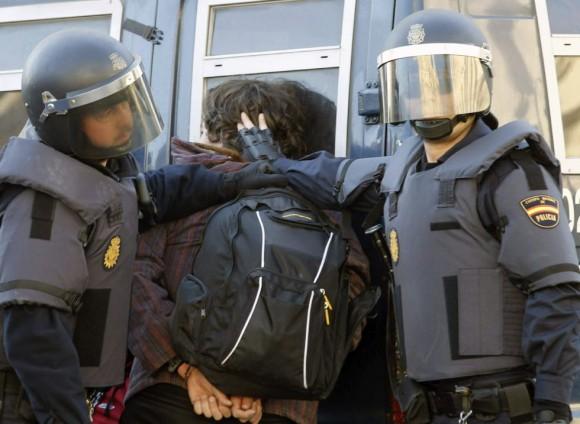 Policías arrestan a un joven en Valencia. Foto: EFE