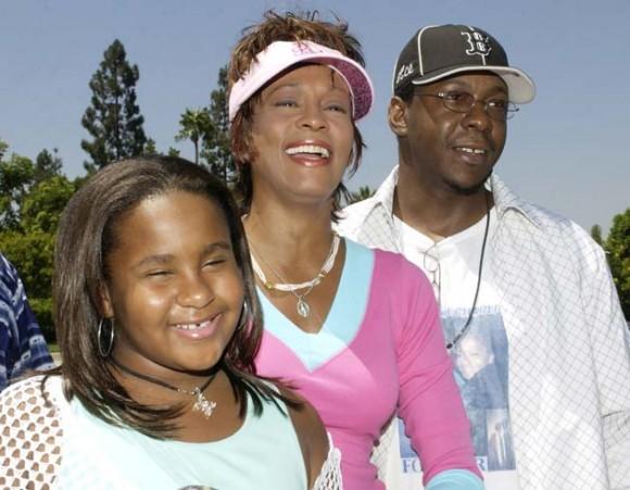 Whitney Houston falleció hoy a los 48 de edad. En la imagen, con su hija Bobbi y su marido Bobbt Brown