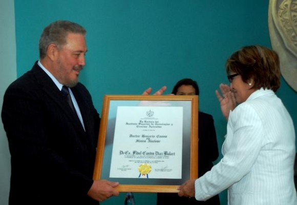 """Elba Rosa Montoya (D), ministra de Ciencia Tecnología y Medio Ambiente, entregó el Titulo del grado de Dr. Honoris Causa en Ciencias Nucleares, al Dr. Fidel Castro Díaz-Balart (I), en el Colegio de """"San Gerónimo"""", en La Habana, Cuba, el 24 de marzo de 2012.   AIN FOTO/Oriol de la Cruz ATENCIO/"""