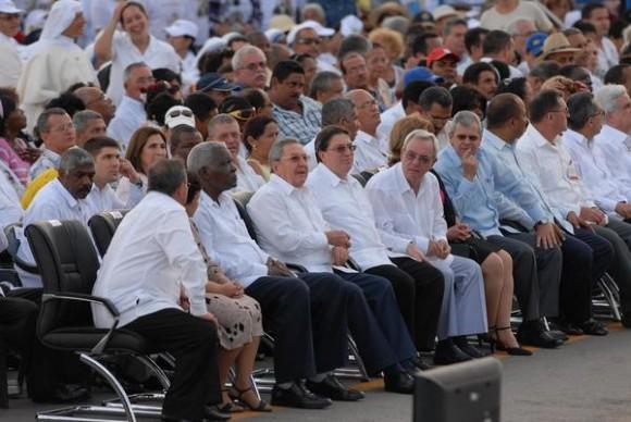 El General de Ejército Raúl Castro, presidente de los Consejos de Estado y de Ministros de Cuba, junto a dirigentes del estado y gobierno cubano, durante la celebraci{on de la Santa Misa del Papa Benedicto XVI, en la Plaza de la Revoluci{on Antonio Maceo, de Santiago de Cuba, el 26 de marzo de 2012.  AIN   FOTO/Juan Pablo CARRERAS/