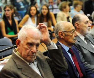 Los ex presidentes de facto Bignone (en primer plano) y Videla, en el banquillo.