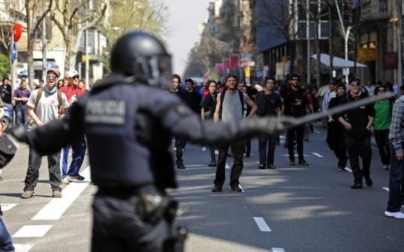 Huelga general en España: la policía detiene el avance de manifestantes en Barcelona. Foto: Manu Fernández, AP