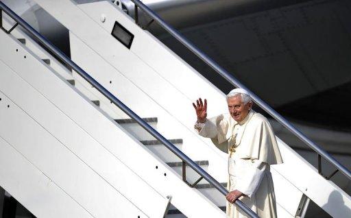 Benedicto XVI sube al avión en Roma para iniciar el viaje a México y Cuba (AFP, Filippo Monteforte)