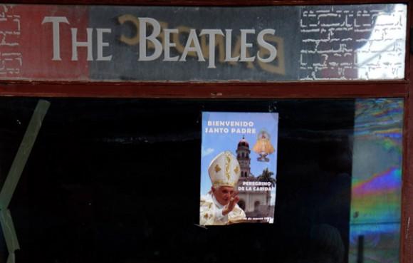 Carteles de bienvenida al Papa se han colocado en numerosas ciudades de Cuba, Bar-Club que  La Caverna de los Beatles, Holguin, Foto: Ismael Francisco/Cubadebate.
