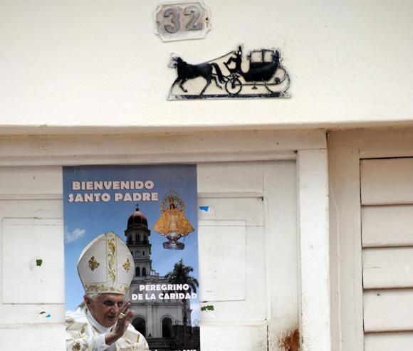 Carteles de bienvenida al Papa se han colocado en numerosas ciudades de Cuba, Bayamo, Foto: Ismael Francisco/Cubadebate.