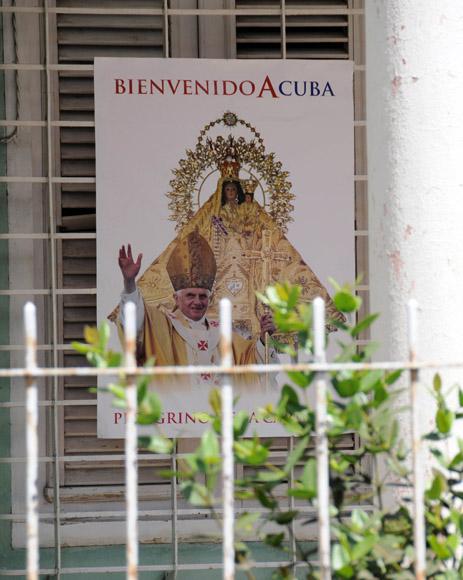Carteles de bienvenida al Papa se han colocado en numerosas ciudades de Cuba, Holguin, Foto: Ismael Francisco/Cubadebate.