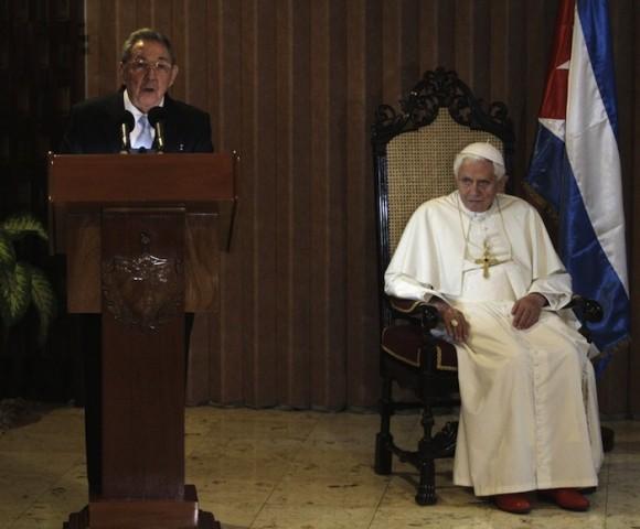 Raúl en la despedida a Benedicto XVI en el Aeropuerto José Martí. Foto: AP