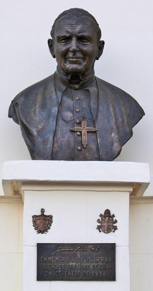 Busto del Papa , escudos y tarja en el Santuario, Basílica Menor de Nuestra Señora de la Caridad del Cobre en Santiago de Cuba. Foto: Ismael Francisco/Cubadebate.