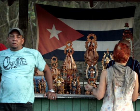 Imágenes de la Virgen de la Caridad del Cobre, patrona de Cuba, expuestas  para la venta en el poblado de El Cobre (Santiago de Cuba). Foto: Ismael Francisco/Cubadebate.