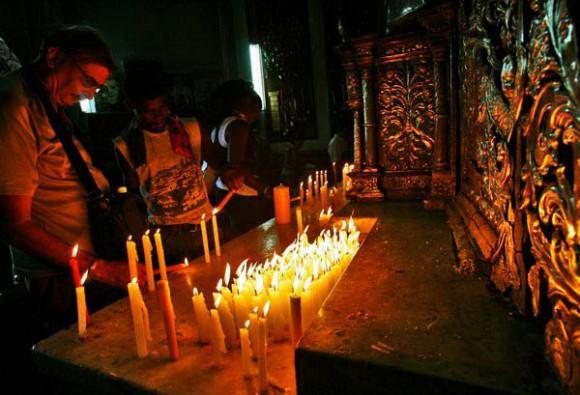 Muchas personas visitan el Santuario para enciender velas con oración especial de petición a la Virgen de la Caridad del Cobre para liberar de cosas malas. Foto: Ismael Francisco/Cubadebate.