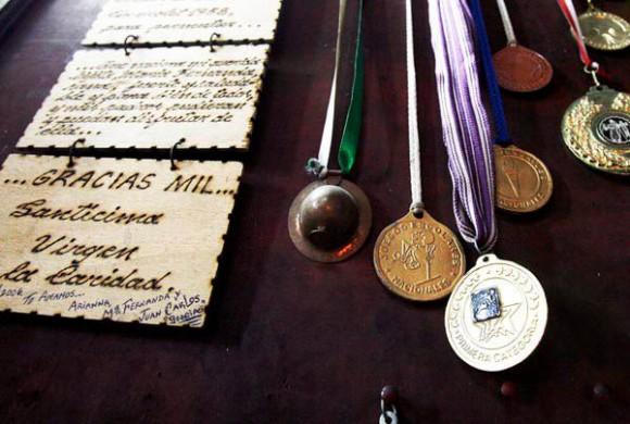 Capilla de los Milagros, un pequeño recinto donde los creyentes depositan disímiles ofrendas: joyas de oro y piedras preciosas, muletas, entre otras riquezas de valores. Foto: Ismael Francisco/Cubadebate.