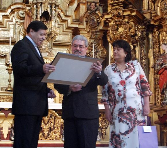 El embajador de Cuba en México, Manuel Aguilera de la Paz, recibió de manos del cardenal Norberto Rivera Carrera dos copias del documento, una para ser entregada al presidente de Cuba, y otra para ser conservada por la sede diplomática del país caribeño en México.