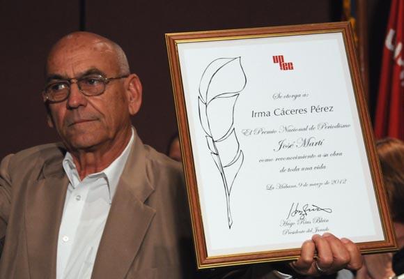 Esposo de Irma Cáceres, Juan Valdés, recoge el Premio José Martí. Foto: Ismael Francisco González