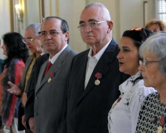 ntrega de la Distinción Félix Elmuza. a periodistas destacados, como reconocimiento a sus aportes y destacadas trayectorias en el periodismo revolucionario cubano, en el Museo de la Revolución, en La Habana, el 6 de marzo de 2012. AIN FOTO/Marcelino VAZQUEZ HERNANDEZ