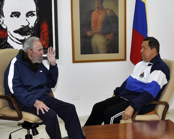 Fidel visita a Chávez en el hospital. Foto: @izarradeverdad, vía Twitter