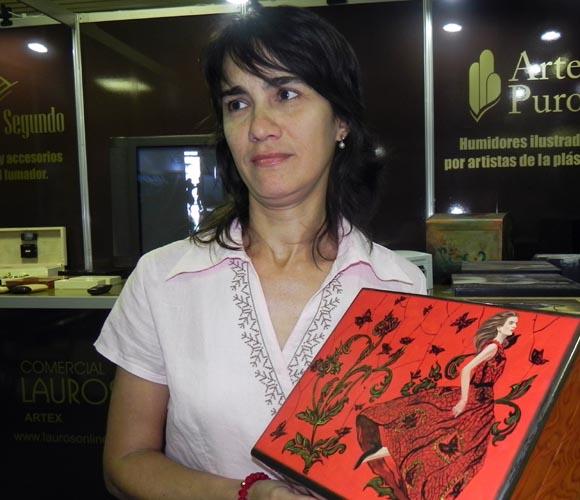 La artista plástica Yasbel Pérez mostró el humidor ilustrado con su obra Foto: Marianella Dufflar
