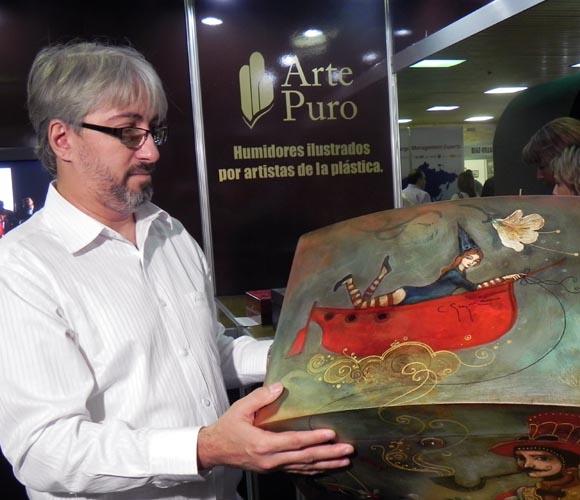 El artista Carlos Guzmán mostró el humidor ilustrado con su obra. Foto: Marianela Dufflar