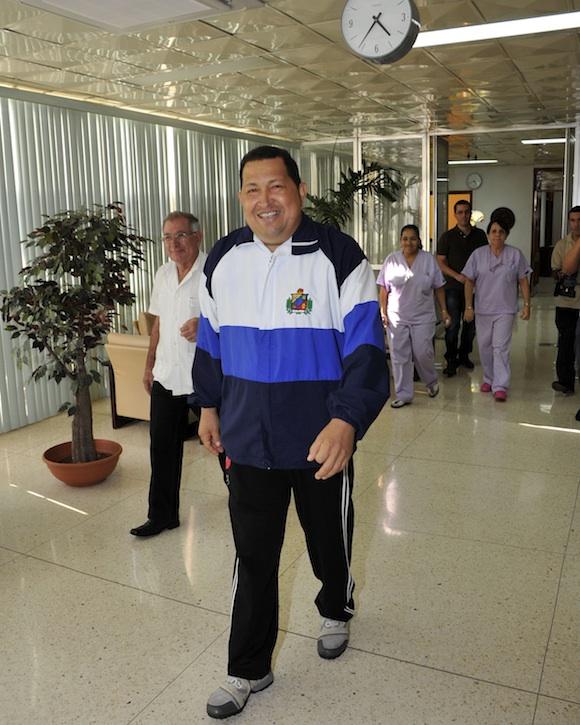 Chávez en plena caminata con sus médicos y enfermeras. Foto:  Estudios Revolución