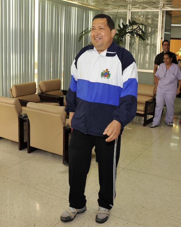 Otra foto de Chávez en plena caminata con sus médicos y enfermeras. Foto: Estudios Revolución