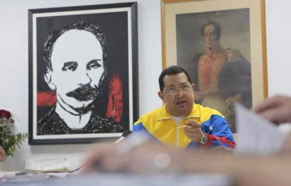 Hugo Chávez, se reunió este domingo con miembros de su gabinete en La Habana, donde se encuentra recuperándose de una intervención quirúrgica. Foto: AVN