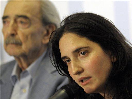 Juan Gelman y su nieta Macarena en Uruguay. Foto: AP