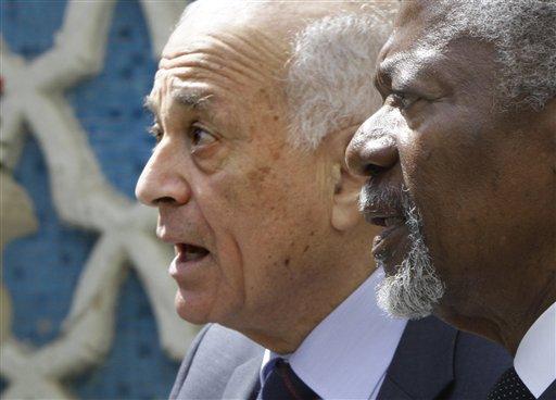 """El ex U.N. , Kofi Annan, a la derecha, y el jefe de la Liga Árabe, Nabil Elaraby salir después de la reunión en la sede de la Liga Árabe en El Cairo, Egipto, Jueves, 08 de marzo 2012. Annan dice que su prioridad como enviado especial a Siria es poner fin a la violencia, entregar la ayuda humanitaria y, finalmente, iniciar un """"proceso político"""" para resolver el conflicto de un año allí. (Foto AP / Amr Nabil)"""