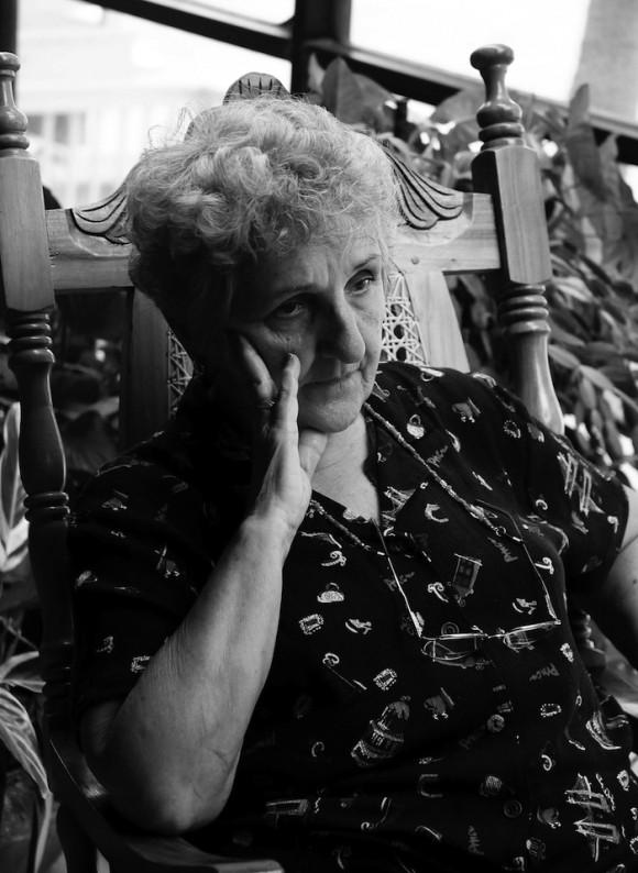 Irma, la madre de René González, uno de los Cinco Héroes, que estuvo en Cuba por dos semanas con un permiso para ver a su hermano enfermo. René permaneció por más de 13 años preso en la Florida y cumple una sanción adicional, de tres años bajo régimen de libertad condicional. Estas fotos las tomó Bill Hackwell al final de la gira de La Colmenita, a Estados Unidos, en octubre de 2011.