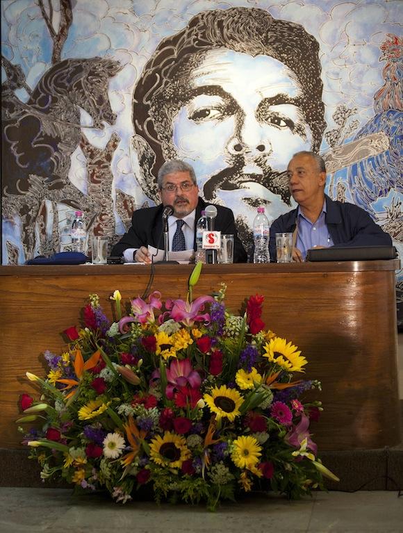Fernando Martínez Heredia (derecha) y Manuel Aguilera, embajador cubano en México.