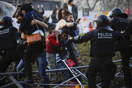 Niño llora frente a los desmanes de la policía hoy en Barcelona. Foto: Getty Images, divulgada via Twitter