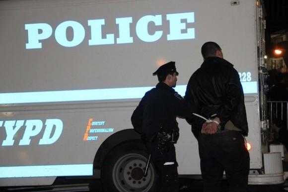 Un miembro de Occupy Wall Street es esposado por la policía el domingo en Zuccotti Park. Foto: AP