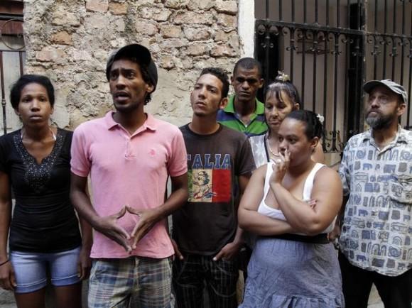 """Las huestes del """"Partido Republicano de Cuba"""", ante la prensa extranjera. El segundo de izquierda a derecha es Fred, su """"portavoz"""" según la agencia AP"""