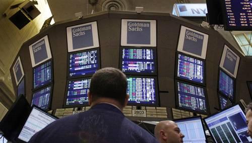Un ejecutivo de Goldman Sachs renunció hace unos días a la institución financiera al tiempo que hizo una denuncia pública sobre el deterioro en la fibra moral de la empresa. La imagen, en el piso de remates de la Bolsa de Valores de Nueva York. Foto Ap