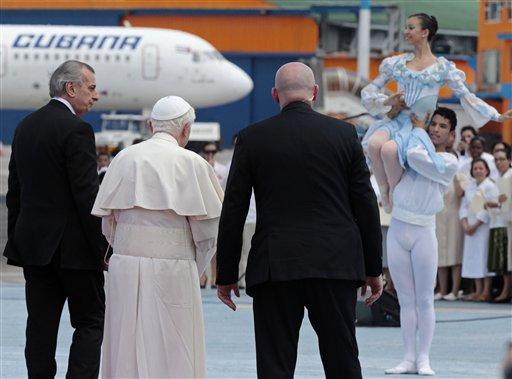Jóvenes bailarines dan la bienvenida a Benedicto en el Aeropuerto Internacional José Martí, de La Habana. Foto: Gregorio Borgia/ AP