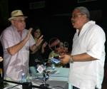 Pedro de la Hoz (derecha) recibió el premio de manos de Ciro Benemelis. Foto: Marianela Dufflar